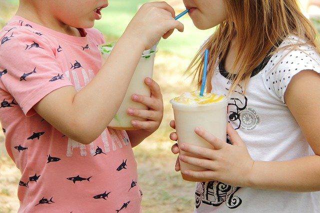 Dzieci pijące shake na zawodach